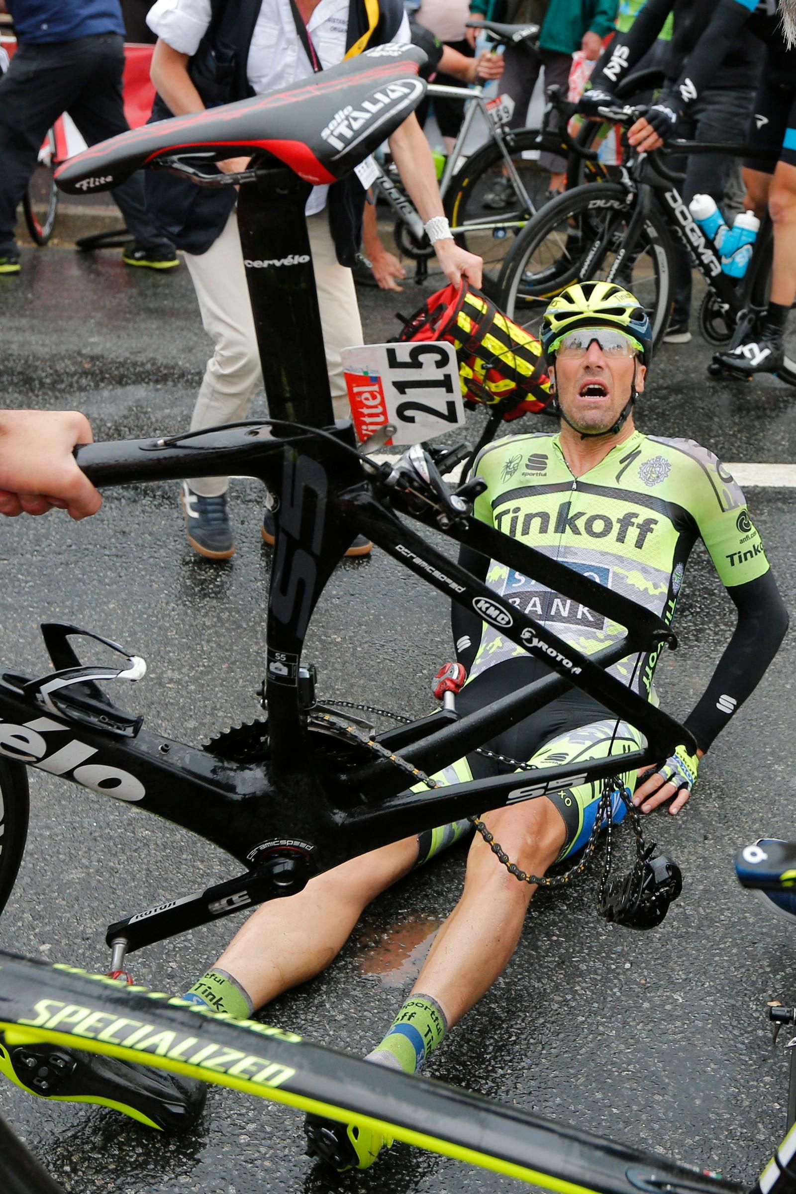 Italieneren Matteo Tosatto etter krasjet. (AP Photo/Christophe Ena)