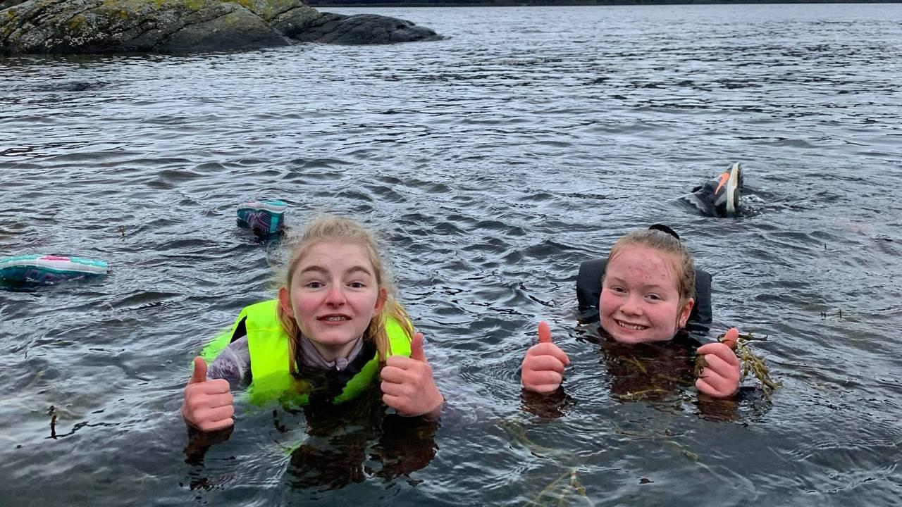 Hele Norge svømmer: Elever ved Kjølsdalen Montesorriskole i Stad kommune svømmer ute.