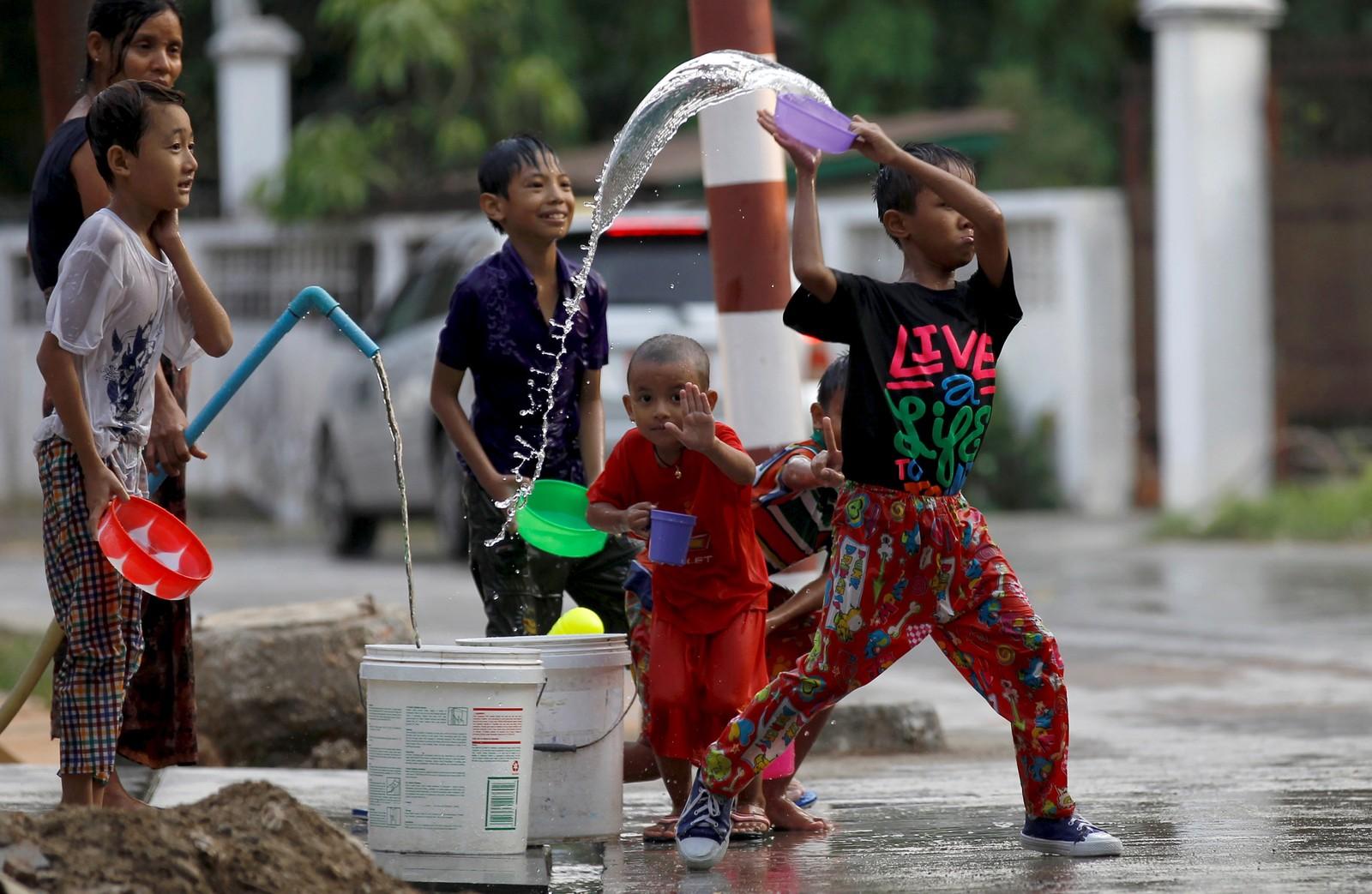VANN-VITTIG MORO: Barn leker med vann under nyttårsfestivalen i Thingyan i Yangon i Myanmar denne uka.