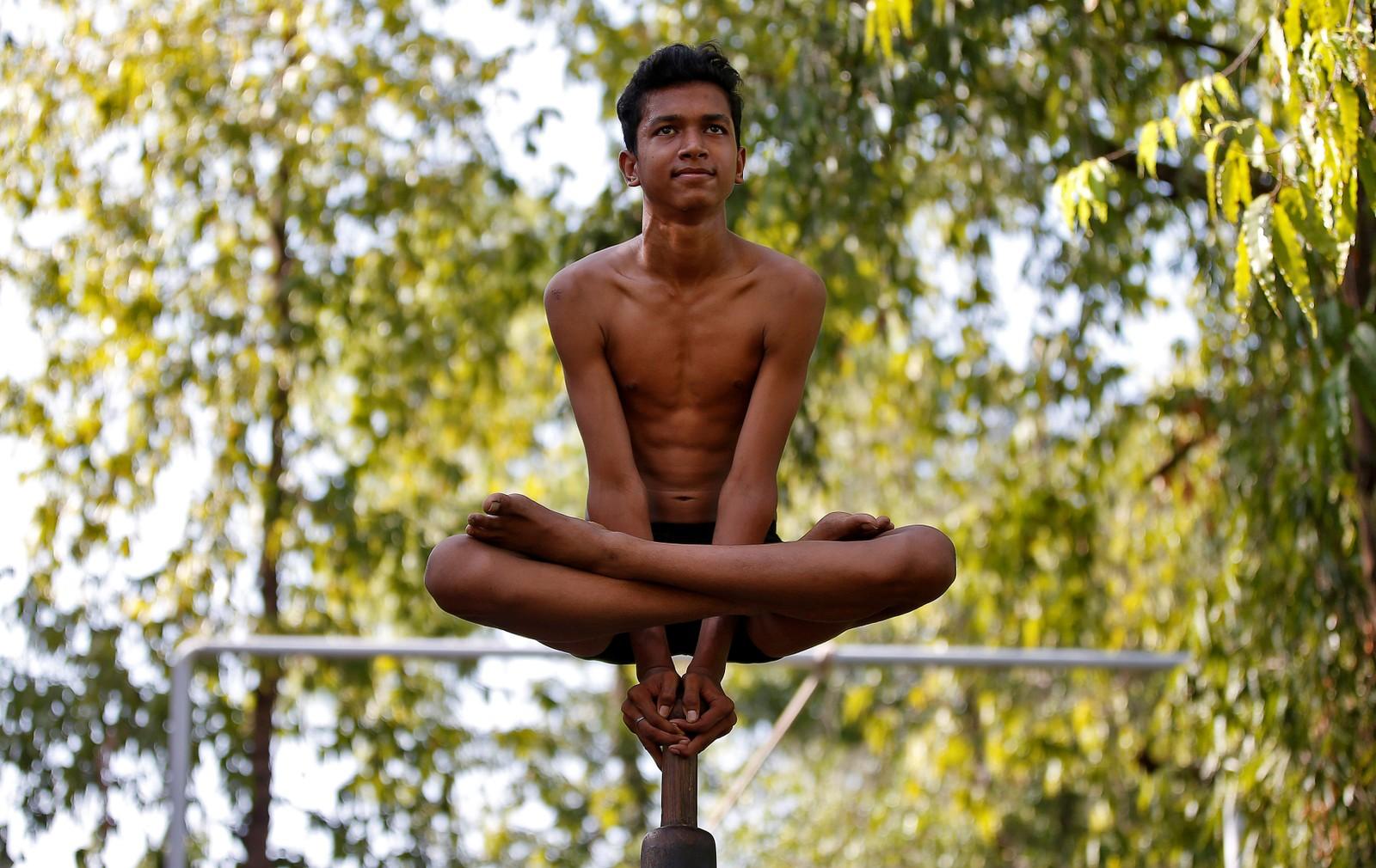 """Nok en gladgutt som skal feire høytiden Rath Yatra, ved å utføre """"Malkhamb""""."""