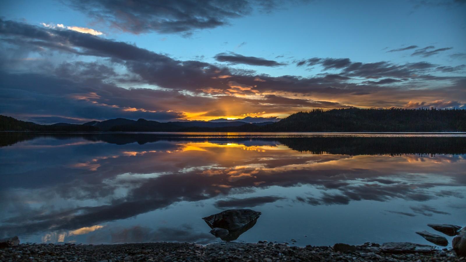 Mai: Refleksjoner i Stor-Drakstsjøen
