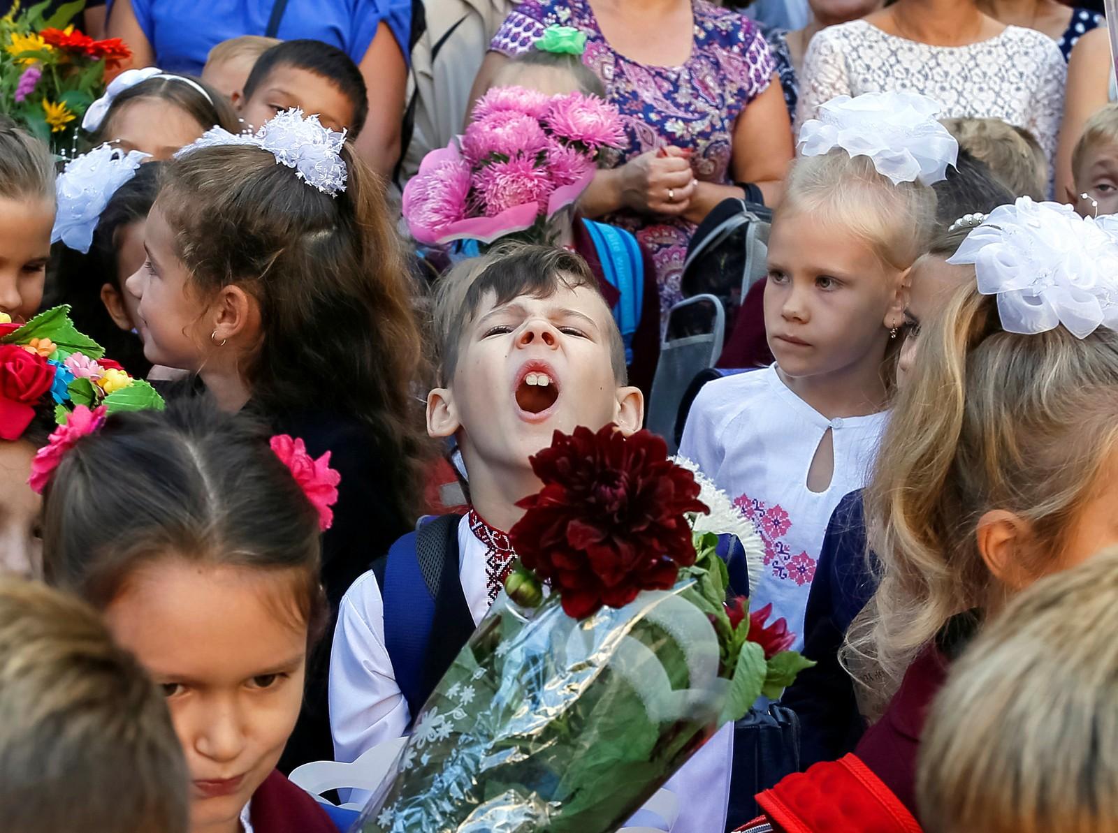 Det er litt usikkert om han gruer eller gleder seg, men dette er fra første skoledag i Kiev i Ukraina den 1. september.