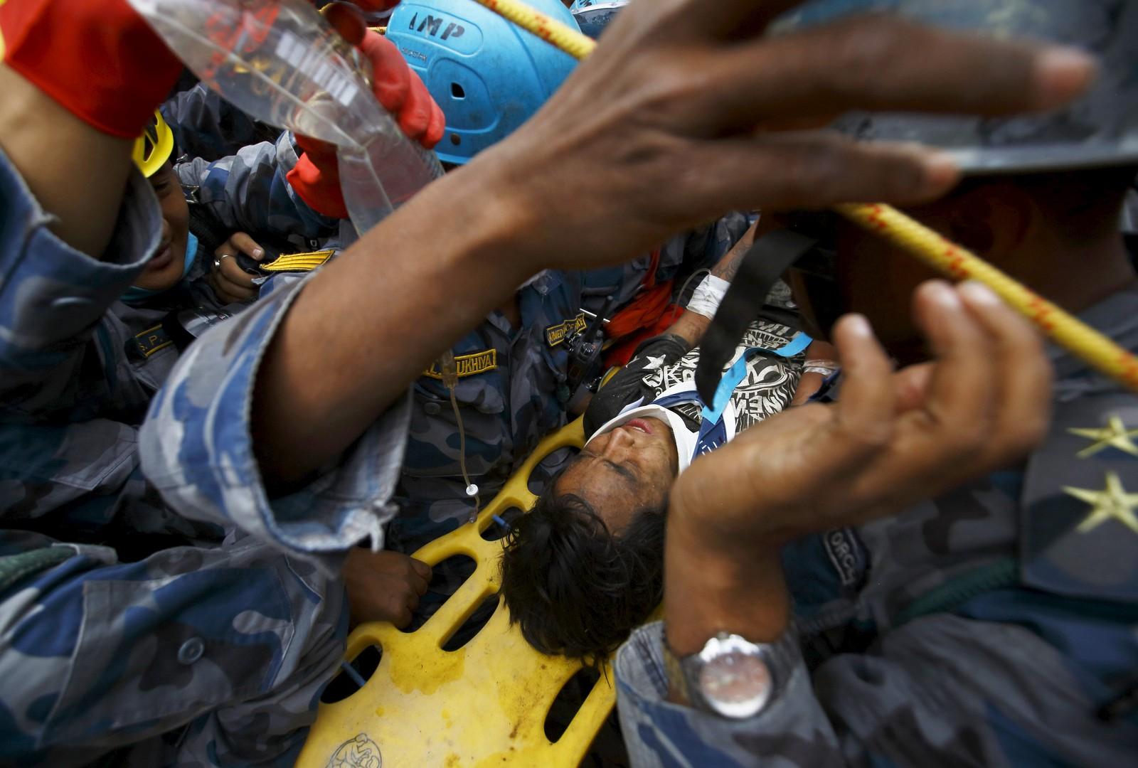 Pemba Tamang (15) overlevde fem dager sammenklemt mellom to etasjer i en blokk i Katmandu, Nepal. REUTERS/Navesh Chitrakar