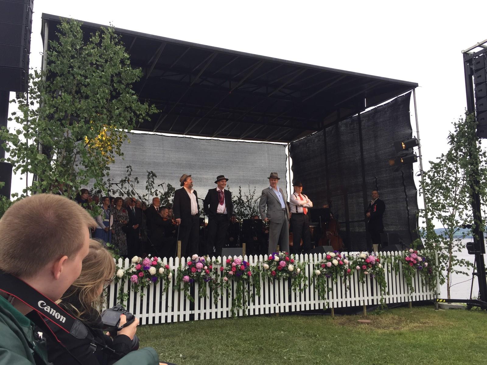 På Tingnes underholdt Snekkersvekara, og fylkesmann Sigbjørn Johnsen (med hvit skjorte og rødt slips) kastet seg opp på scenen og deltok i showet.