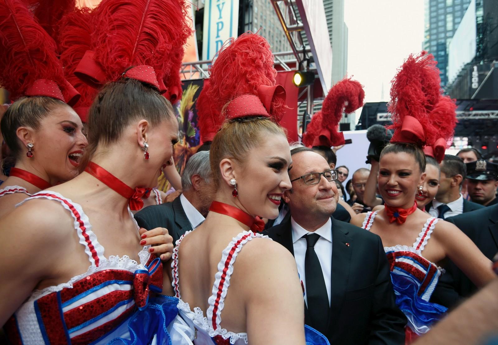 """Den franske presidenten Francois Hollande poserer med dansere fra legendariske """"Le Moulin rouge"""" på Broadway i New York. Hollande var en av mange verdensledere som var samla i FN denne uka."""