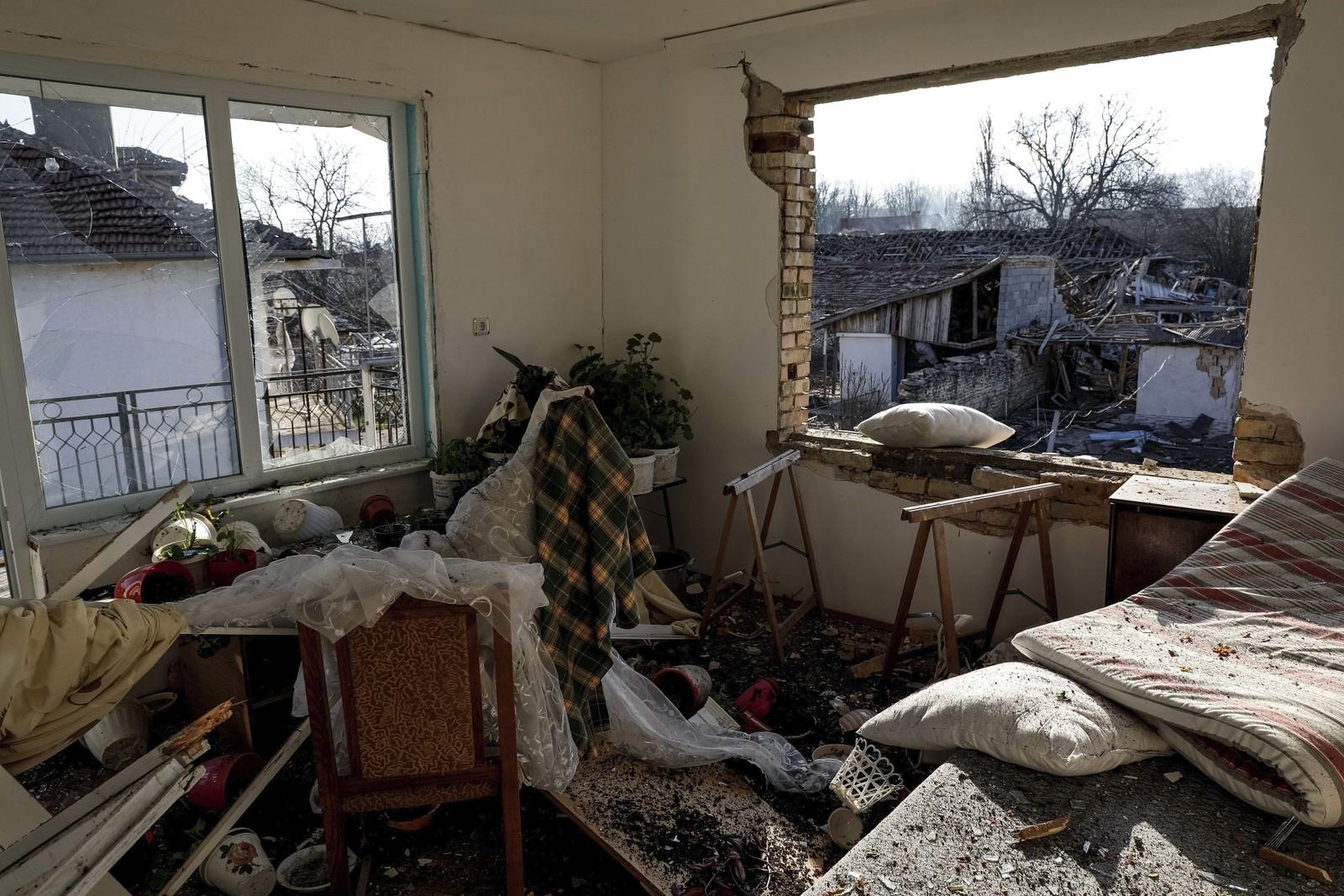 Innvending i ett av de mange husene som ble ødelagt etter at toget sporet av og eksploderte i Hitrino lørdag. Rundt 20 hjem ble knust av toget.