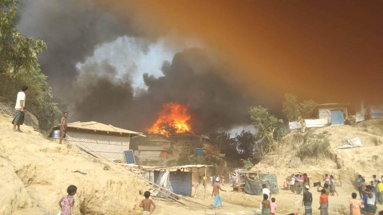 Brann i verdens største flyktningleir, Cox´s Bazaar i Bangladesh. Bildene krediteres Bangladesh Røde Halvmåne