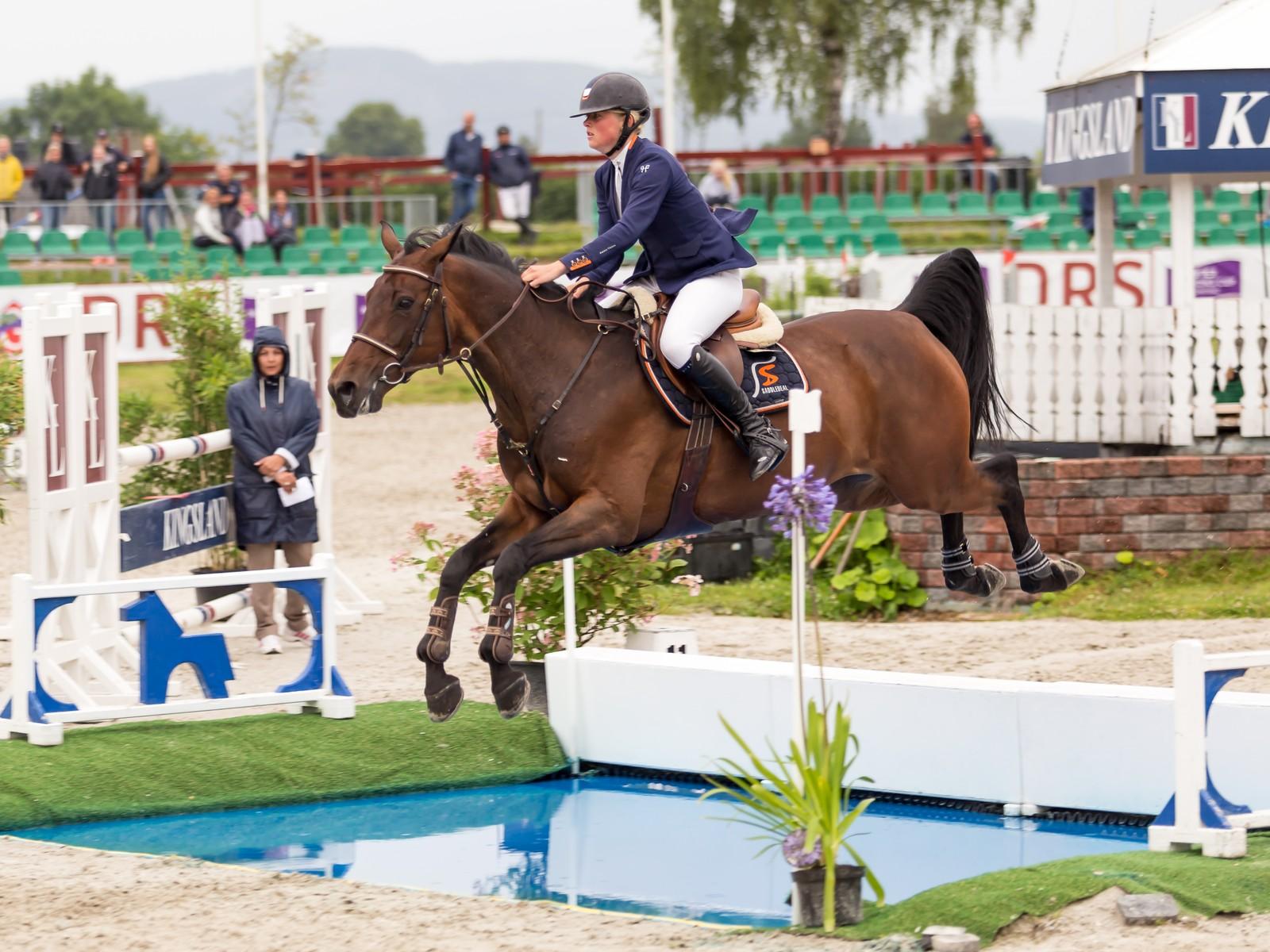 Amalie Steen Hegre vant NM-gull i seniorklassen på hesten Remedy.