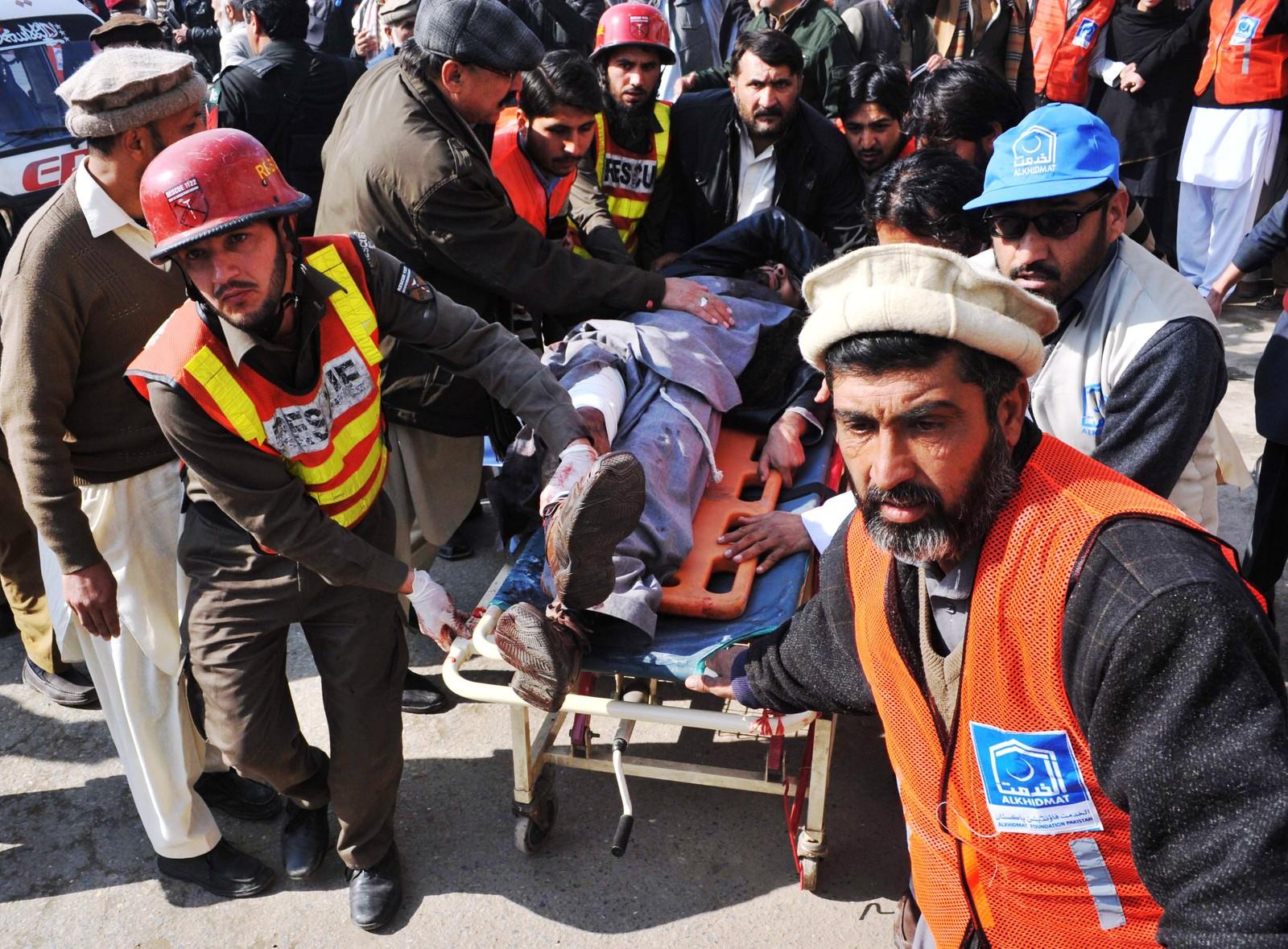 Skatte fraktes til sykehus i Chasadda i Pakistan etter terrorangrepet 20. januar 2016