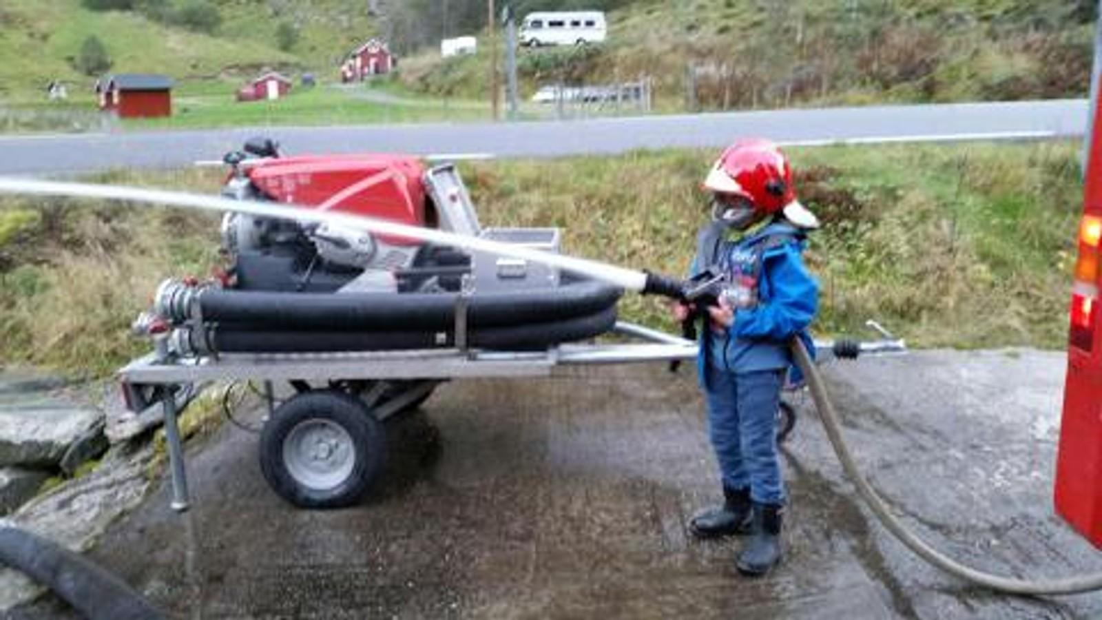 Odin får være med besten på brannøvelse i Balestrand, stor stas