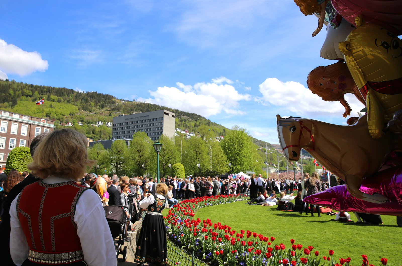 Folkehav i Bergen sentrum.