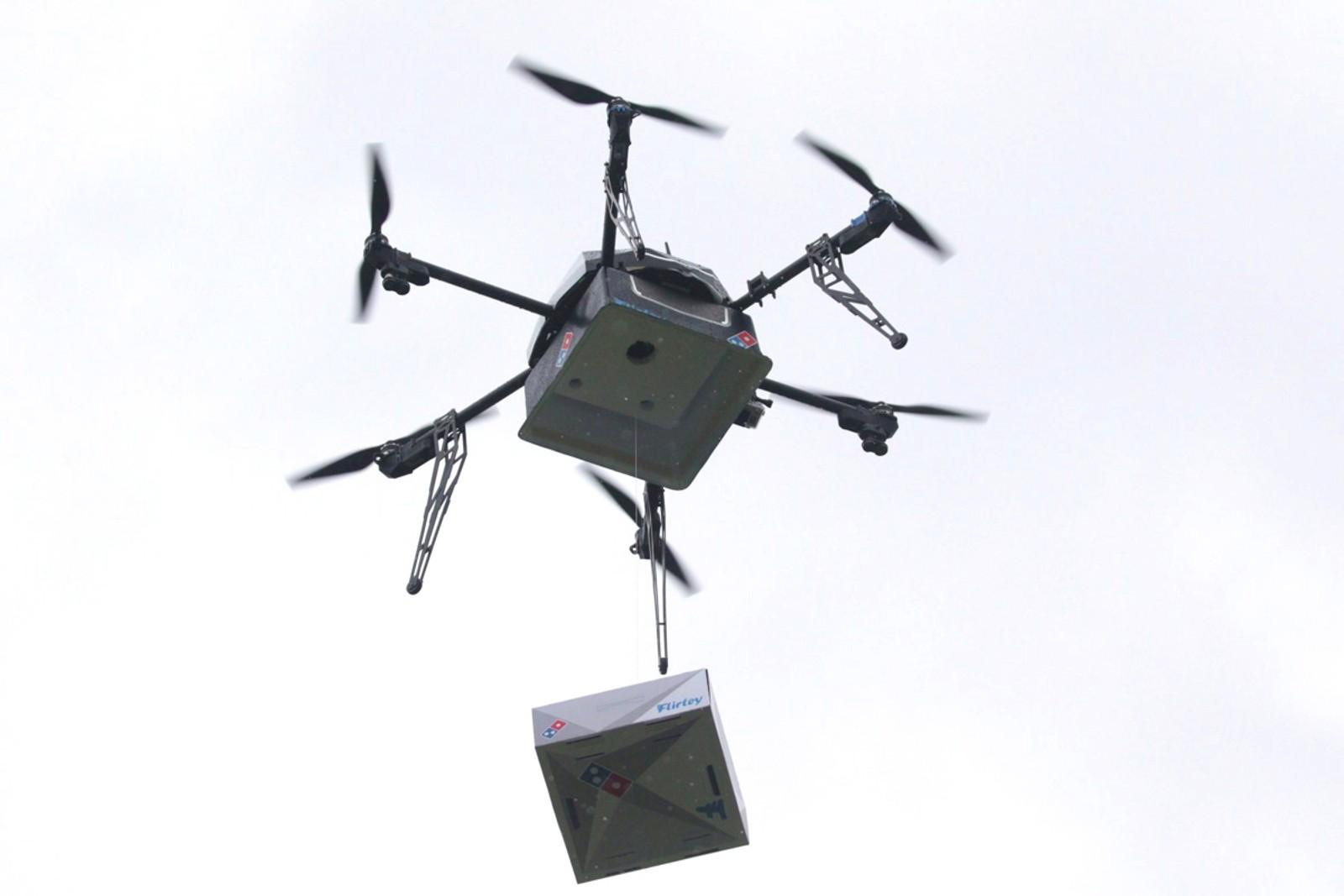 Dette er et flyvende pizzabud på testtur med en boks fra Domino's Pizza i Auckland på New Zealand. Bildet av dronen er tatt den 25. august.