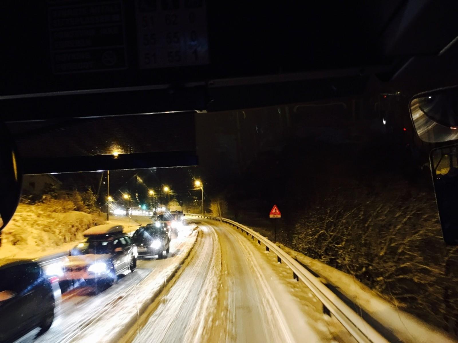 Det er lang kø på E39 fra Hatlestad i retning Bergen, forteller en NRK-tipser.