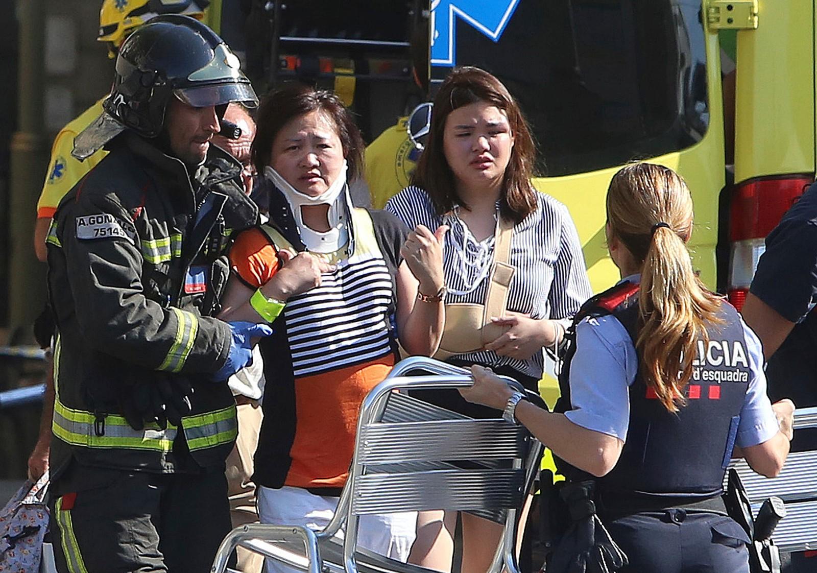 FÅR BEHANDLING: Skadde får behandling etter angrepet.