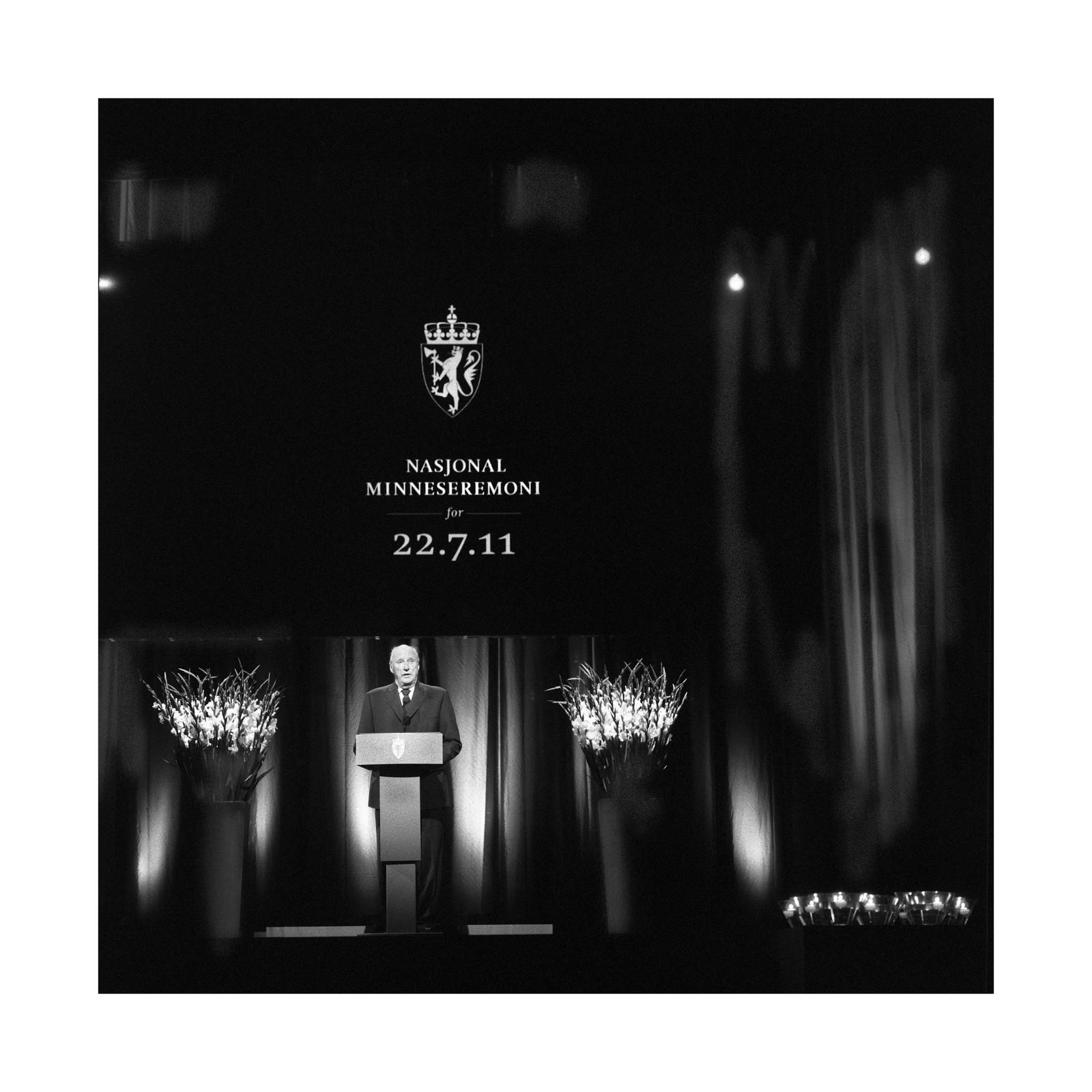 PREGA AV ALVORET: Kong Harald var tydeleg prega av alvoret då han haldt tale under minnemarkeringa for 22. juli i Oslo Spektrum.