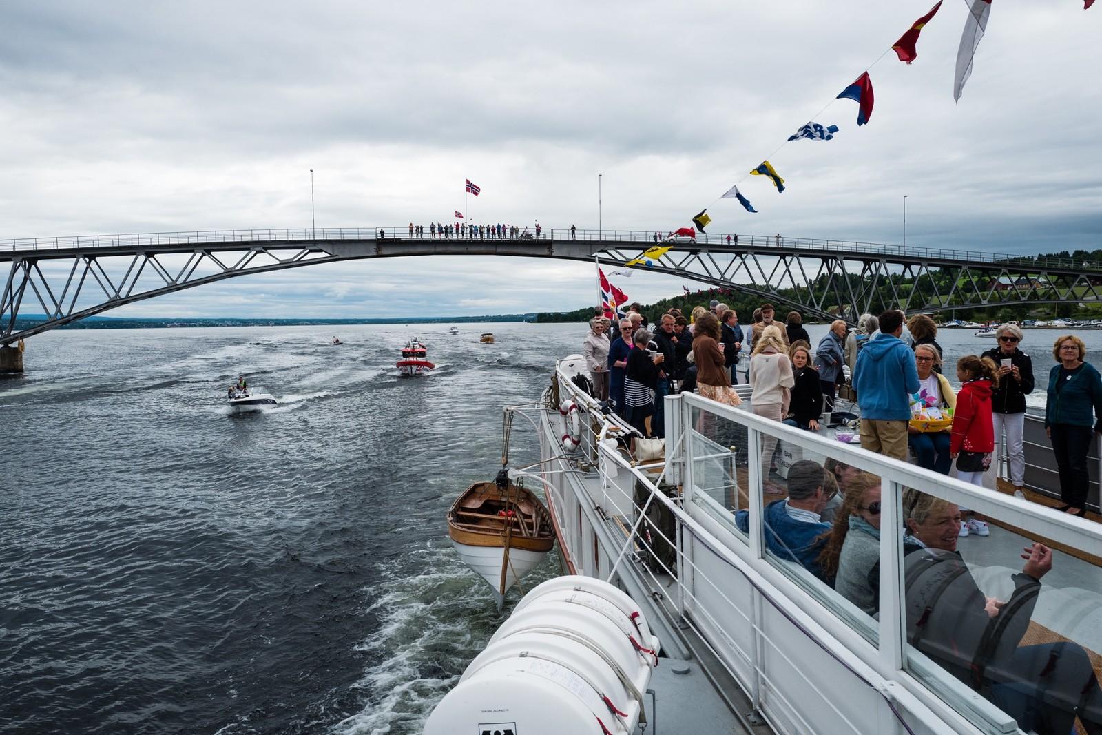 Skibladner passerer Nessundet i Ringsaker. Folk står på brua mellom Helgøya og Nes.