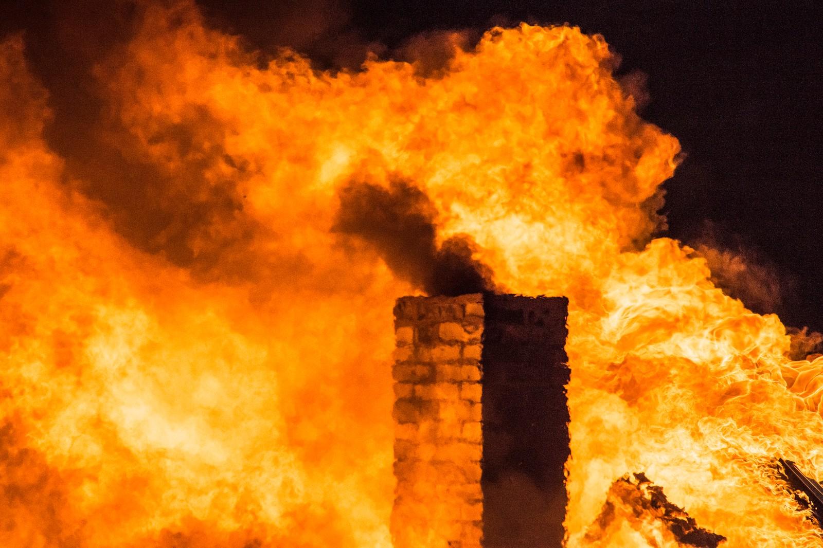 Det røyk også frå pipa då brannvesenet hadde øving.
