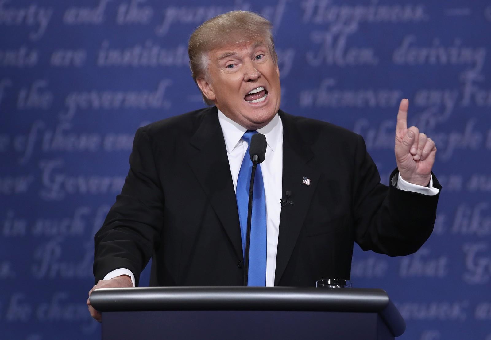 Donald Trump avbrøt mest under debatten, ifølge statistikknettstedet Fivethirtyeight.com. Han forsøkte å ta ordet ved 24 tilfeller og greide det i tre. Hillary fikk ingen vellykkede avbrytelser, selv om hun forsøkte fem ganger.