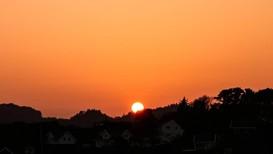 VAKKERT, MEN...: En oransjerød solnedgang i Mandal fanget av Marianne Furholt.
