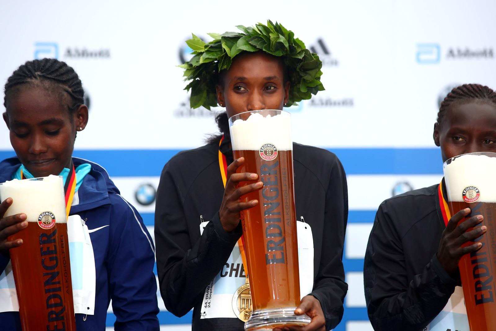 Man fortjener å drikke langt etter å ha løpt langt. Gladys Cherono Kiprono fra Kenya har nettopp vunnet Berlin Marathon.