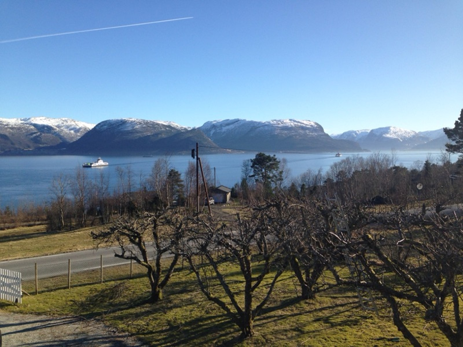 Sognefjorden, Lavik, ferjetrafikk og hagearbeid.