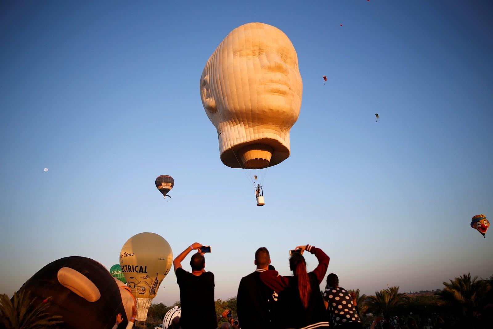 Dette er fra en internasjonal varmluftballongfestival nær Netivot i Israel den 22. juli. Festivalen varer i to dager.