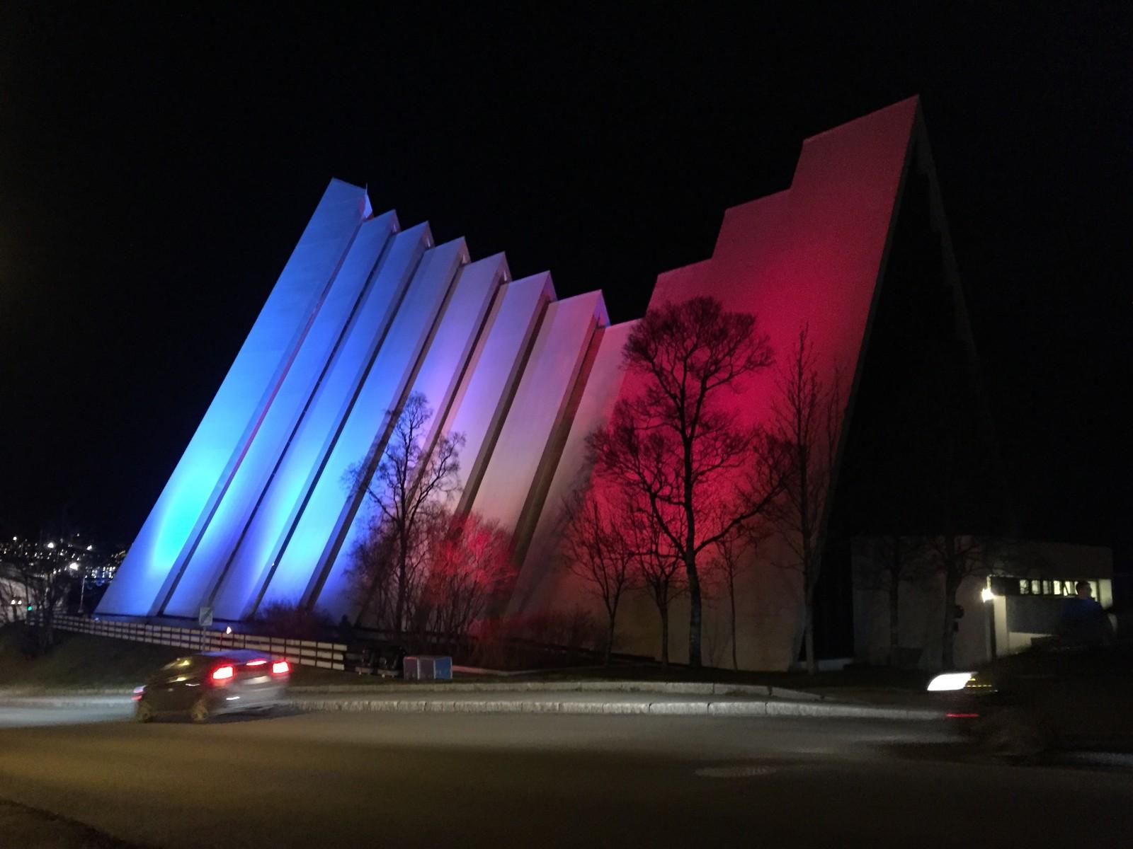 Ishavskatedralen i Tromsø ble også ikledd den franske «tricolour». Her er den lyssatt i de franske farger i sympati med terrorofrene i Paris.