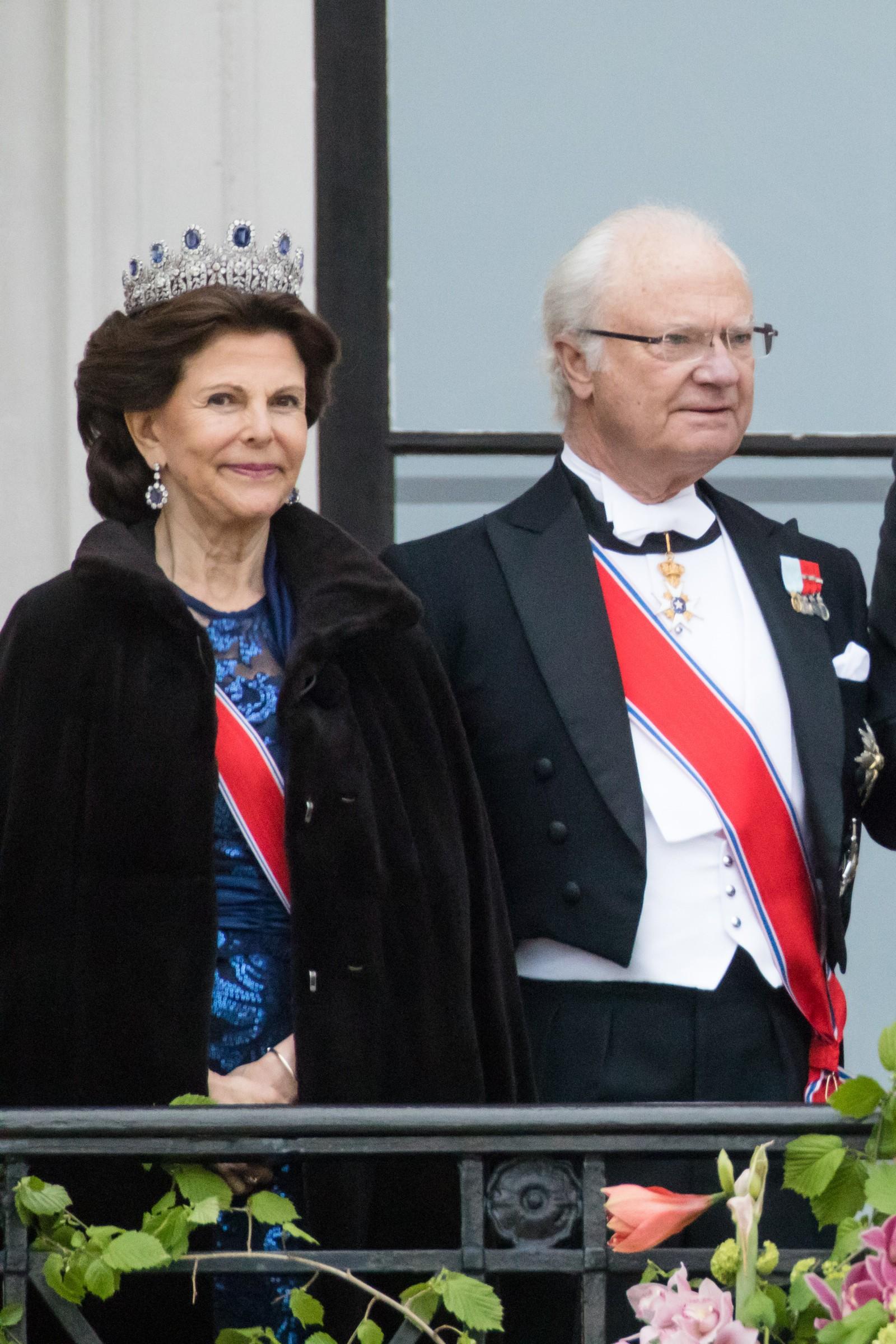 Kong Harald og dronning Sonja feirer sine 80-årsdager. Oslo 20170509. Dronning Silvia og Kong Carl Gustaf av Sverige. Kongeparet med kongelige gjester hilser publikum fra slottsbalkongen i anledning sin 80-årsfeiring. Foto: Audun Braastad / NTB scanpix Kong Harald og dronning Sonja feirer sine 80-årsdager.