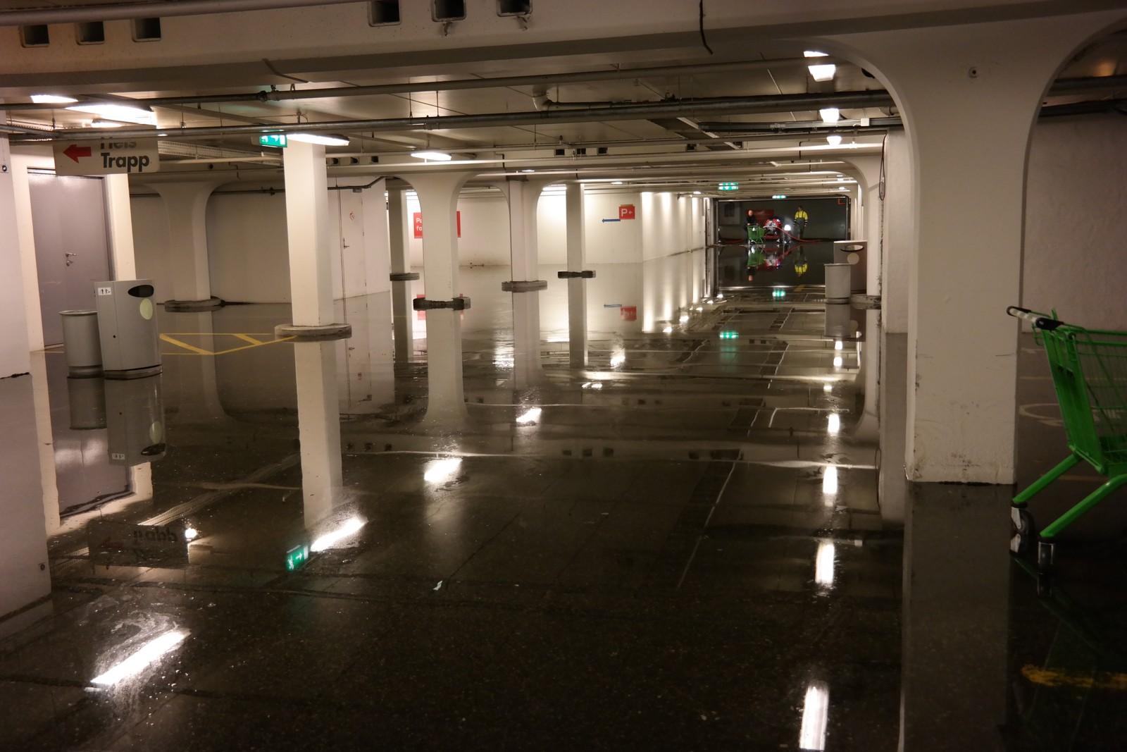 FLAUM: Dette synet møtte tilsette ved Åsane senter i dag tidleg. 15 centimeter med vatn over heile parkeringsanlegget under gamle Arken.