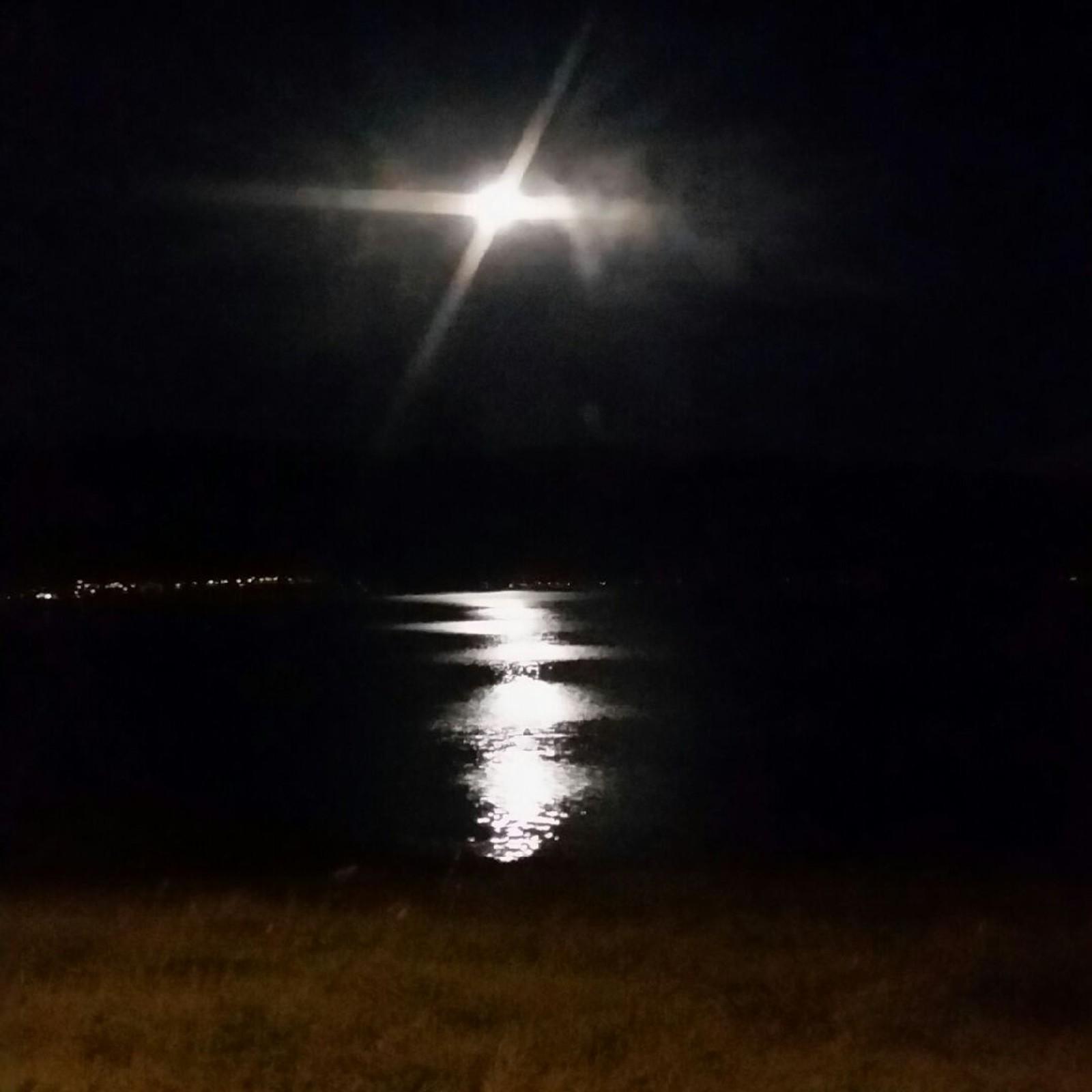 Månen speglar seg i Vanylvsfjorden