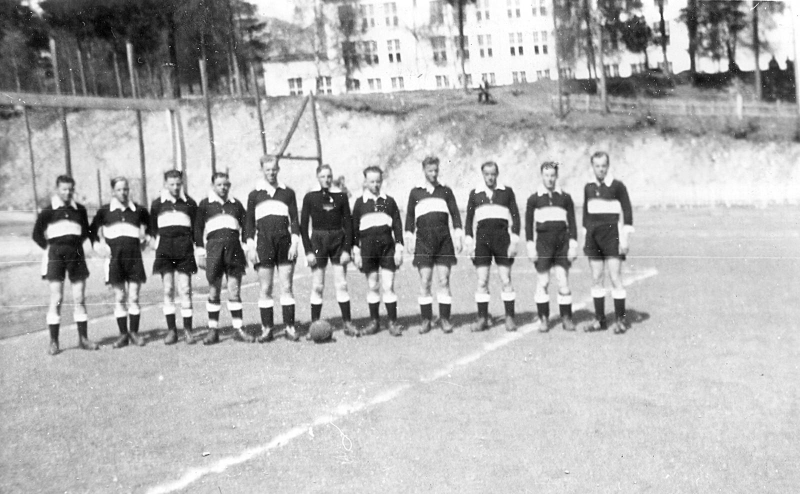 Tyske soldatar klar til fotballkamp på Voss. Skulen i bakgrunnen.