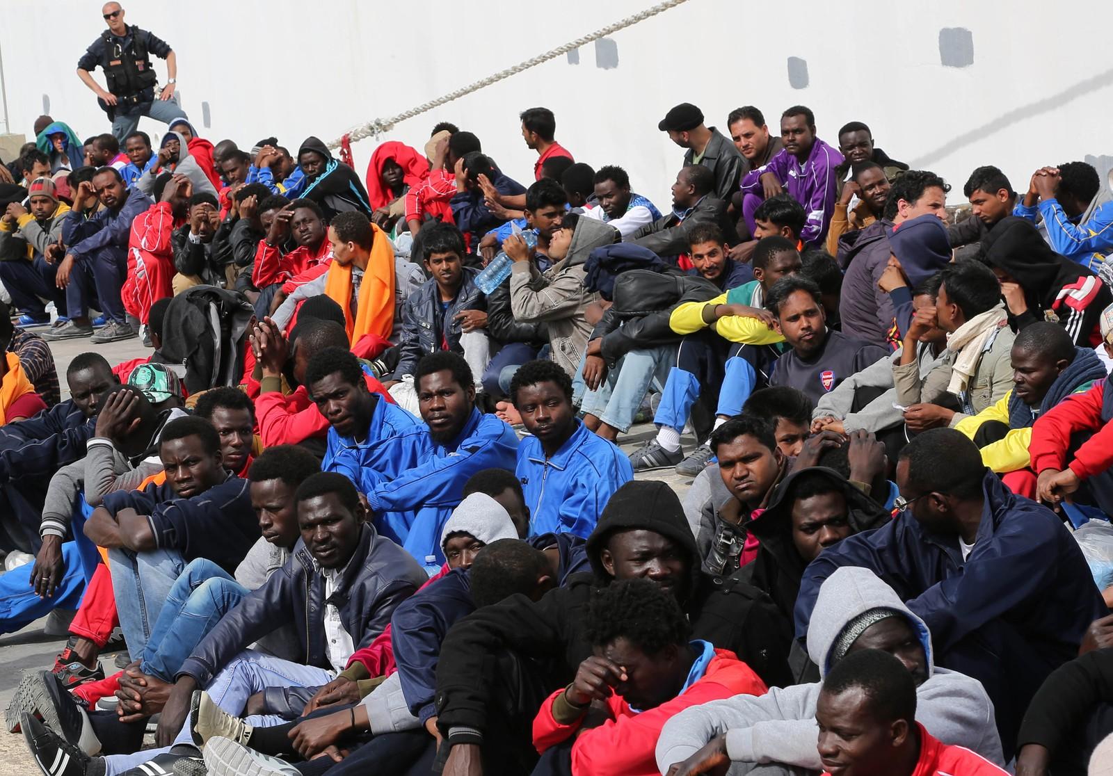 Båtflyktninger reddet av et cruiseskip ved Lampedusa 17. april.