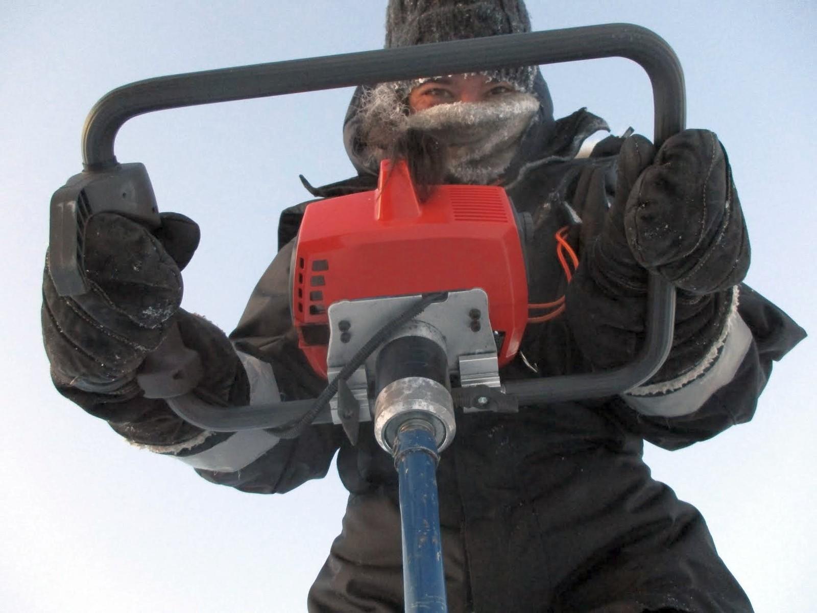 Feltarbeidet er organisert av Ph.D. student Martina Lan Salomon. Her tar hun isprøver av havisen.