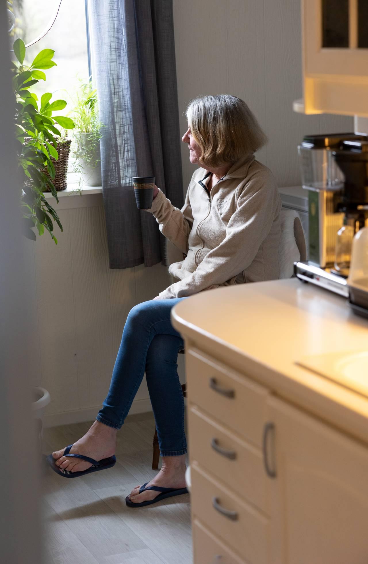 Else Mari med en kaffekopp på kjøkkenet
