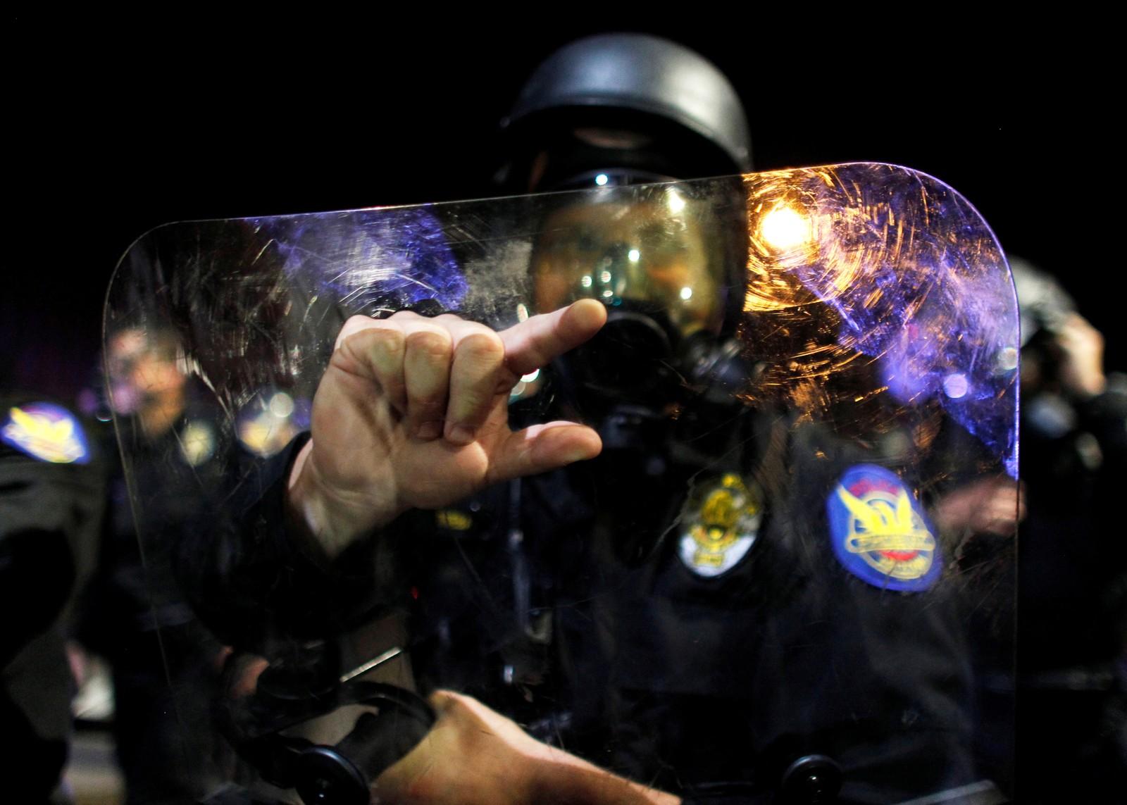 PHOENIX: Politiet i Phoenix i Arizona tok i bruk pepperspray for å stanse et tusentall mennesker før de gikk inn på motorveien Interstate 10.