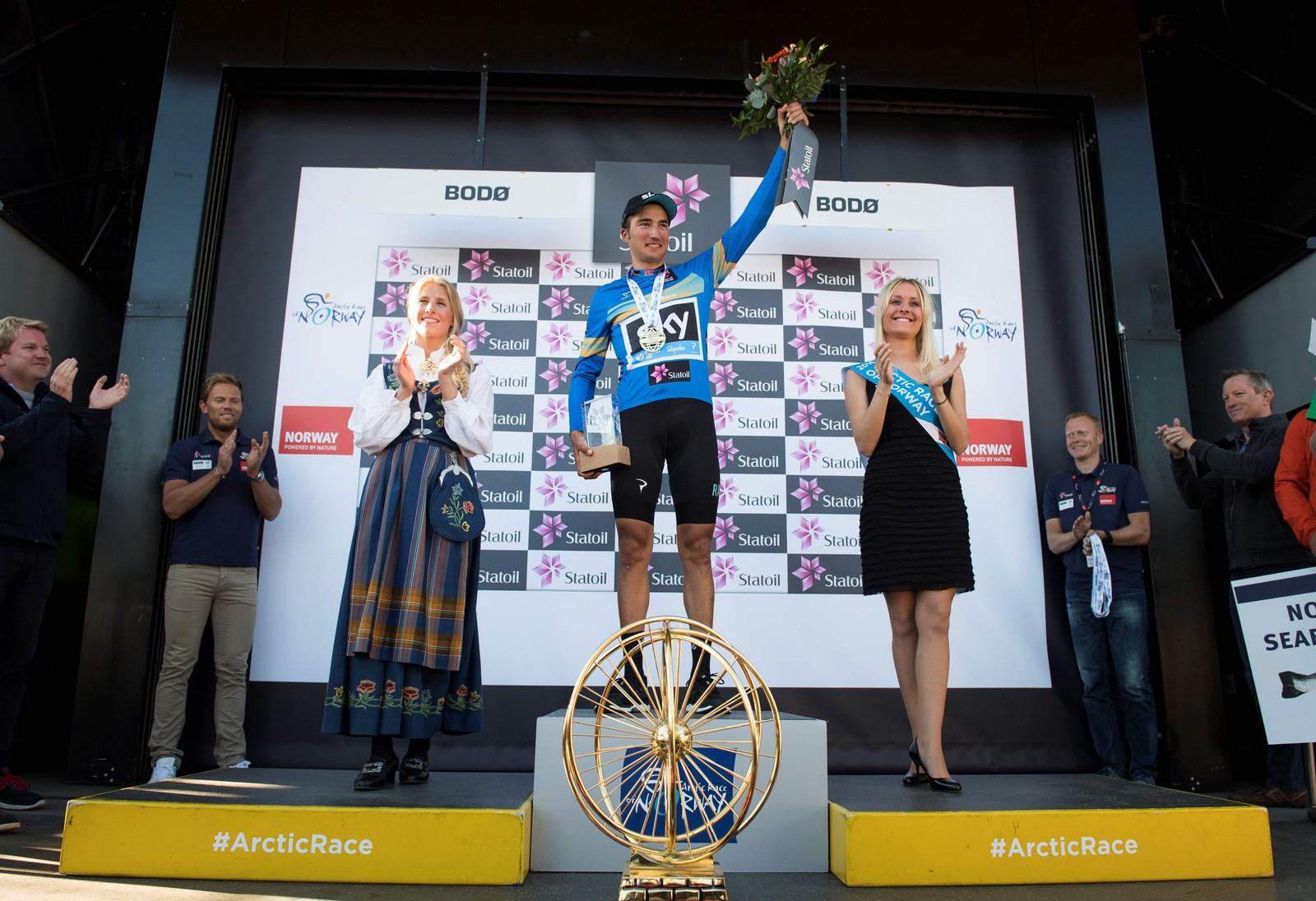 Gianni Moscon fra Italia (Team Sky) med den blå sammenlagttrøyen og Arctic Race-trofeet etter fjerde og siste etappe i sykkelrittet Arctic Race of Norway søndag.