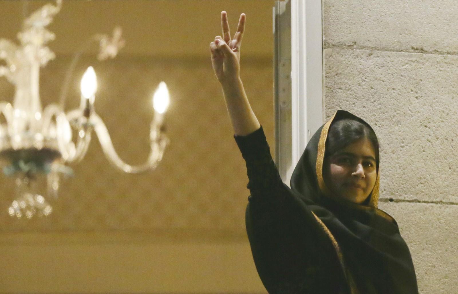 V-TEGNET: Malala Yousafzai strakte armen i været og viste V-tegnet til de mange tusen oppmøtte nedenfor Grand Hotel onsdag kveld.