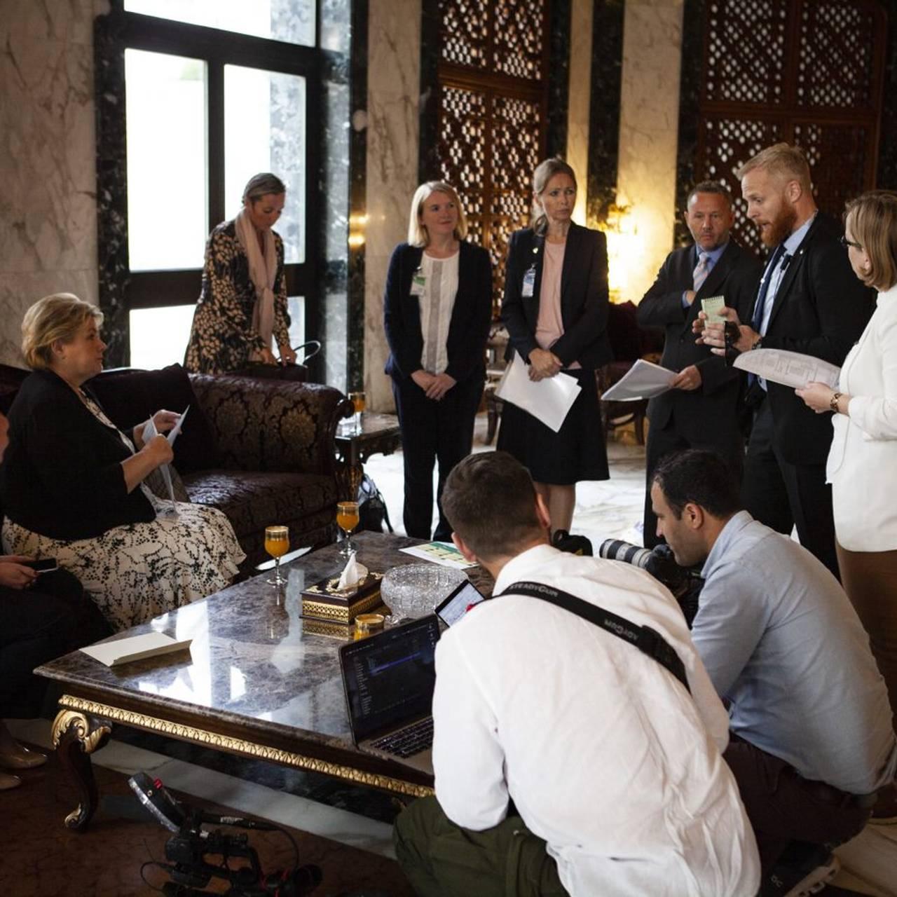 Trygt framme på hotellet, møtes alle til en briefing.