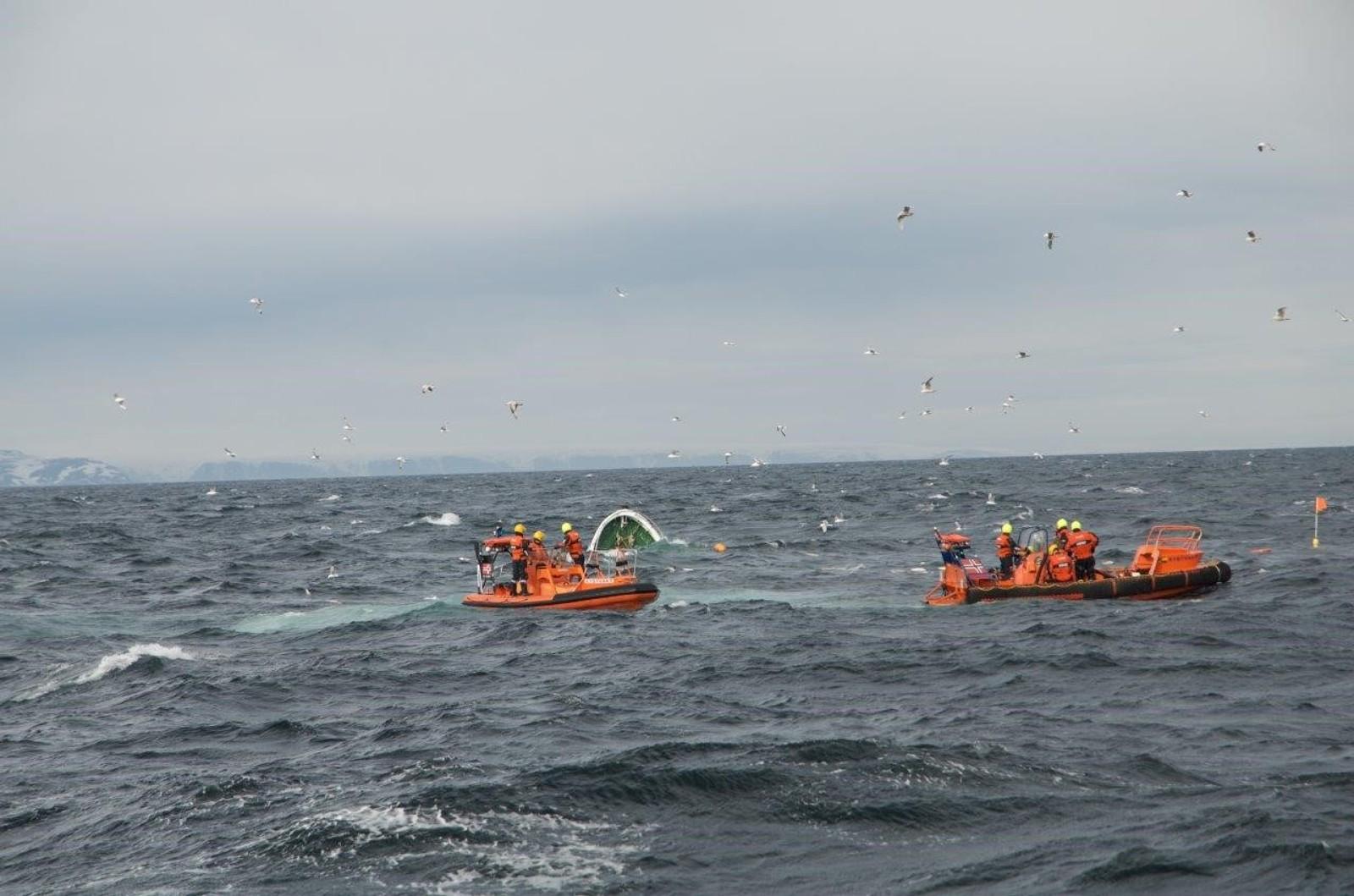Redningsmannskapet kunne ikke gjøre annet enn å på at båten forsvant under vann.