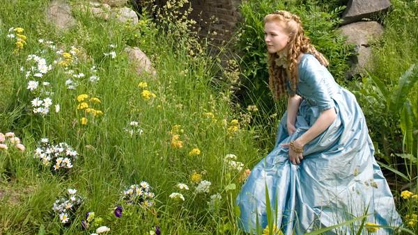 Tysk film. H.C. Andersens klassiske eventyr om prinsen som blir forelsket. Men for å kunne gifte seg med jenta, må hun være en ekte prinsesse.