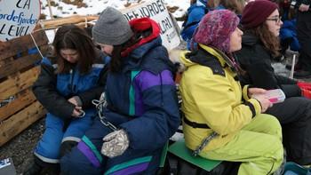 14 aksjonistar vart arresterte etter å ha lenka seg fast for å hindre gruveselskapet Nordic Mining i å drive prøveboring i Engebøfjellet i Naustdal.