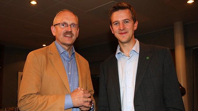 Knut M. Olsen (t.v.) og Erling Sande. Olsen vart i 2010 tilsett som generalsekretær i Senterpartiet på landsbasis, og Sande er stortingsrepresentant så lenge Liv Signe Navarsete er statsråd. Foto: Brit Jorunn Svanes, NRK.