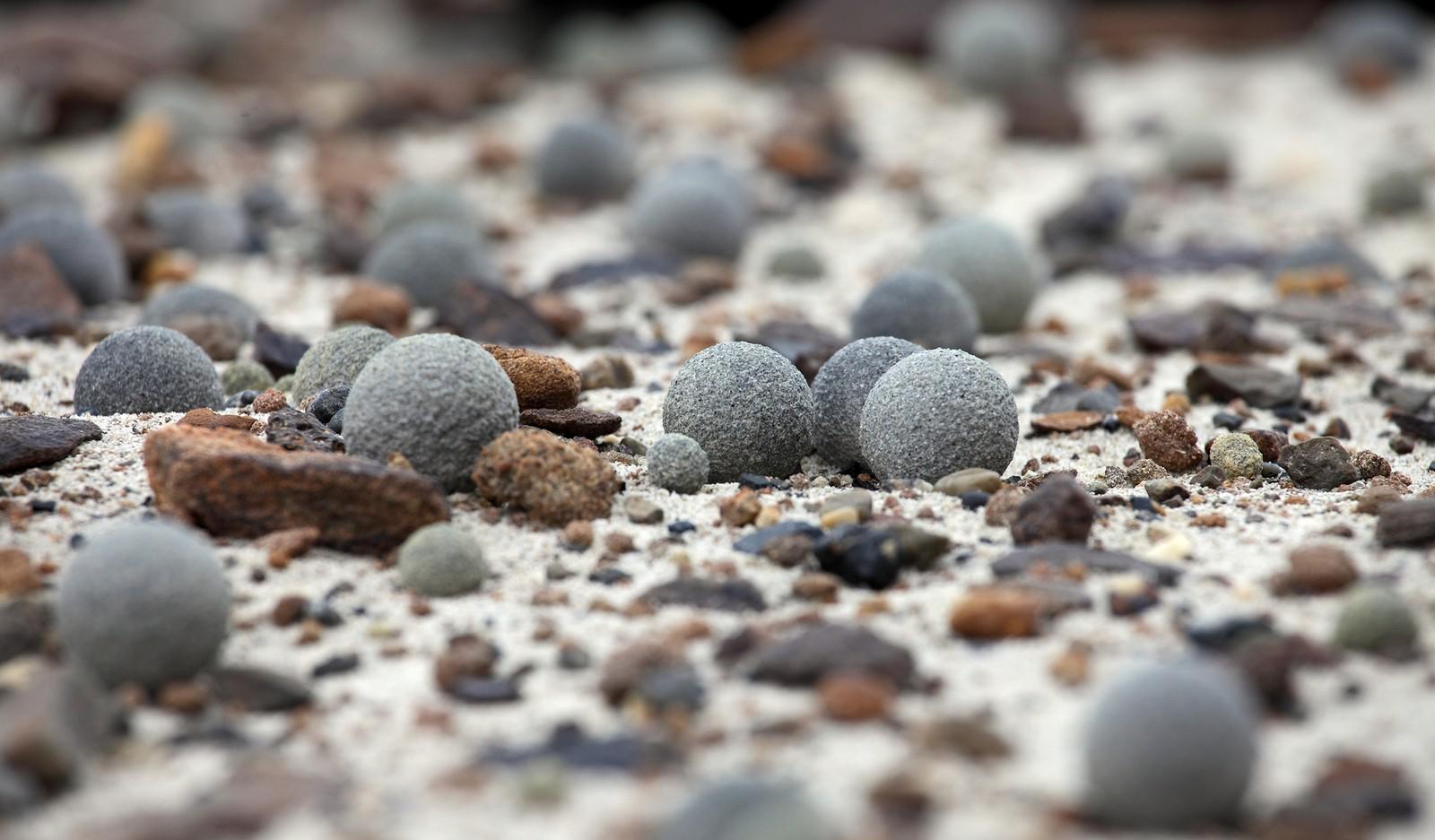 I ALLE STØRRELSER: Perfekt runde steiner er spredt over hele øya Champ Island.