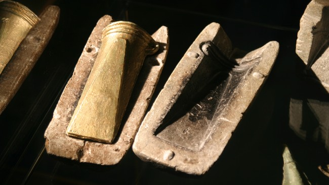 Gamal støypeform funnen på Nyhamar. I forma ligg ei nystøypt bronseøks. Foto: Arild Nybø, NRK.