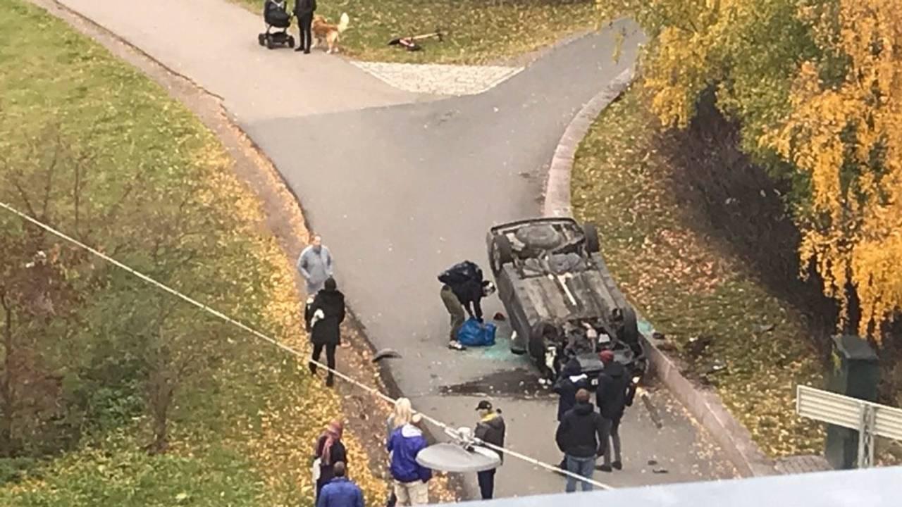 Bil på taket i Torshovdalen park ved Rosenhoff i Oslo