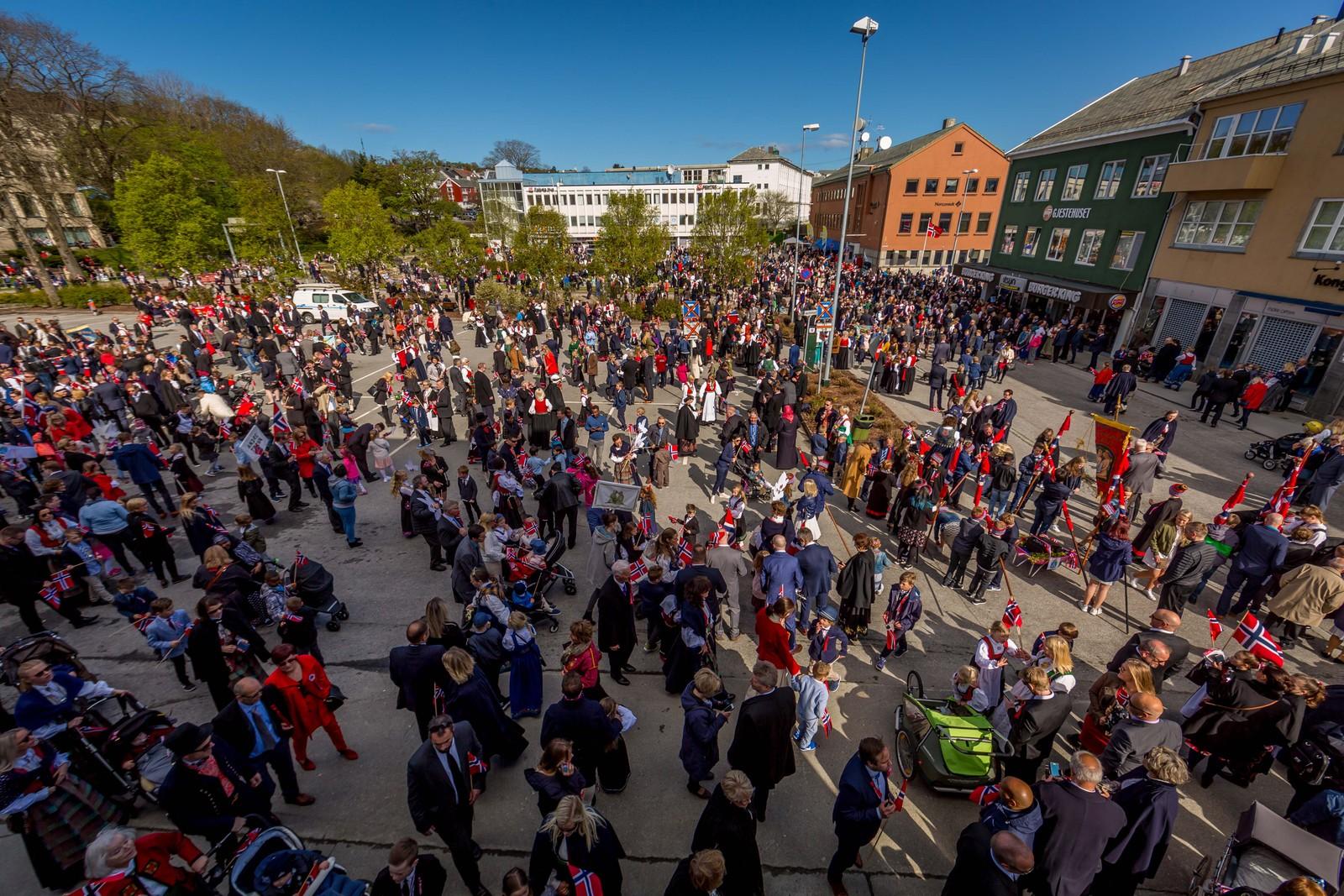 Mye folk på Kongens plass i Kristiansund. Barnetogene marsjerer inn.
