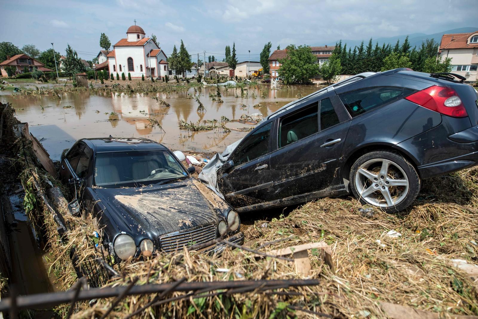 Bilder fra Stajkovci rett utenfor Skopje, viser hvordan flommen har dratt med seg biler. Det var landsbyene rett utenfor byen det gikk verst utover under uværet.