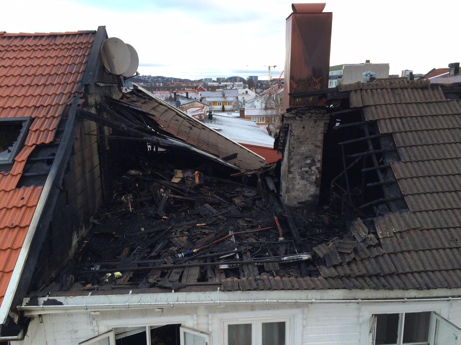 Det brant gjennom taket på bygningen i Holbergs gate i morges.