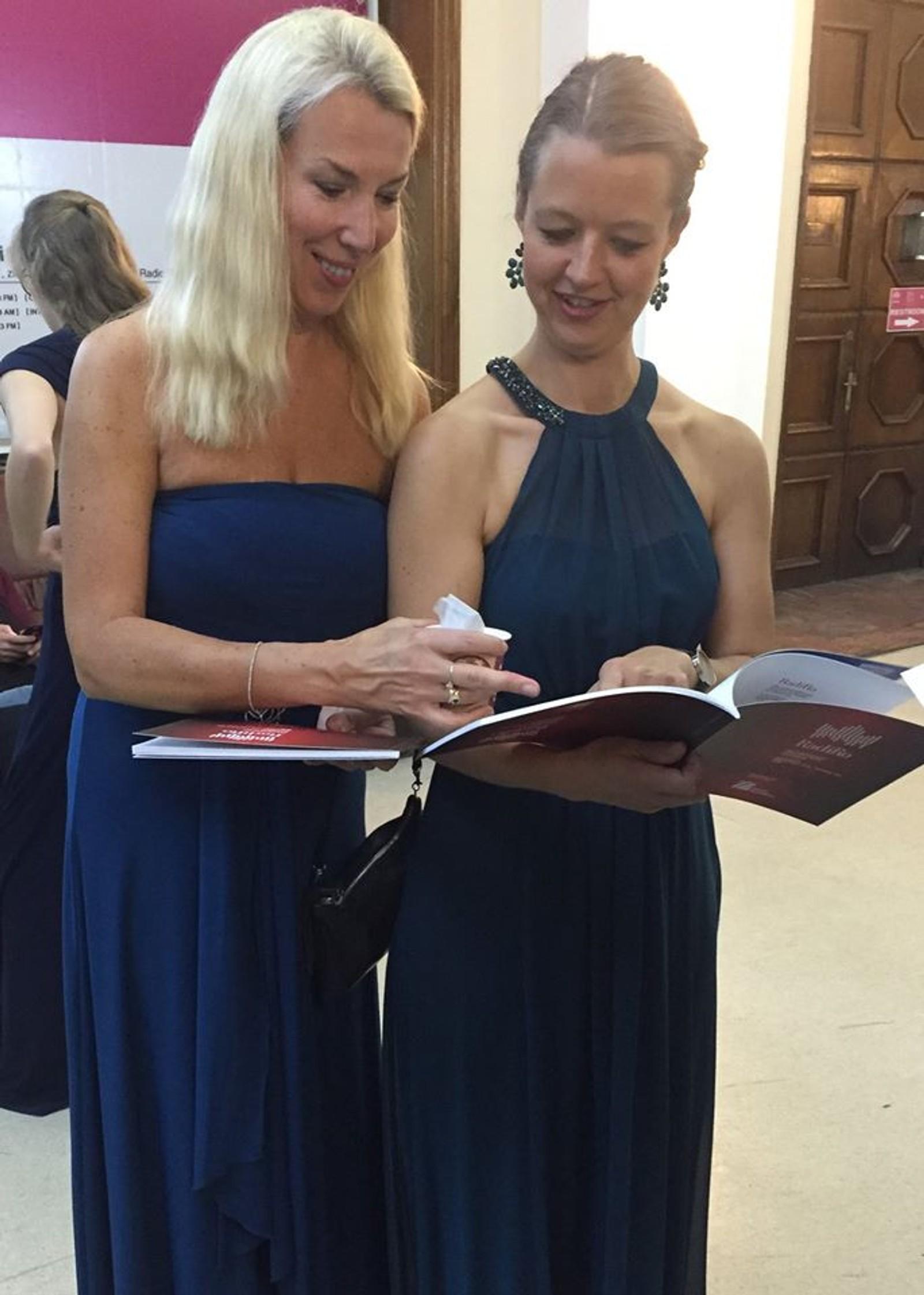 Kristin Karlsson og Maren Elle (medlemmer av KORKs kleskomité)