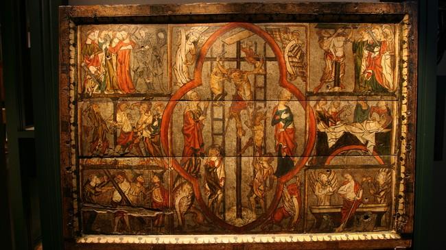 Ein av dei to flotte altarfrontalene frå 1300-talet som høyrer til Nes kyrkje, men som no er å finne på Bergen Muséum. Foto: Arild Nybø, NRK.